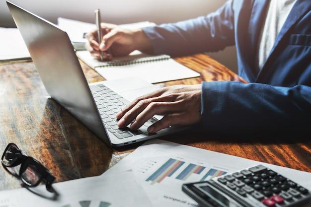Femme d'affaires travaillant avec à l'aide d'ordinateur portable sur le bureau au bureau. Photo Premium