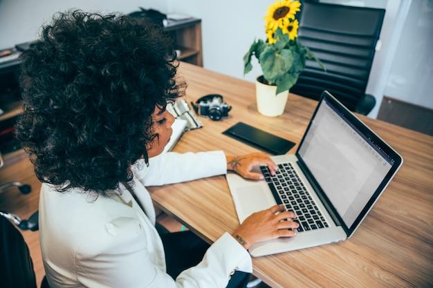 Femme d'affaires travaillant au bureau Photo gratuit