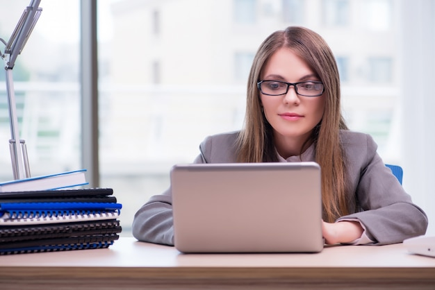 Femme d'affaires travaillant au bureau Photo Premium