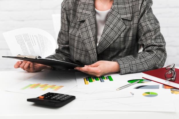 Femme d'affaires travaillant dans un bureau Photo gratuit