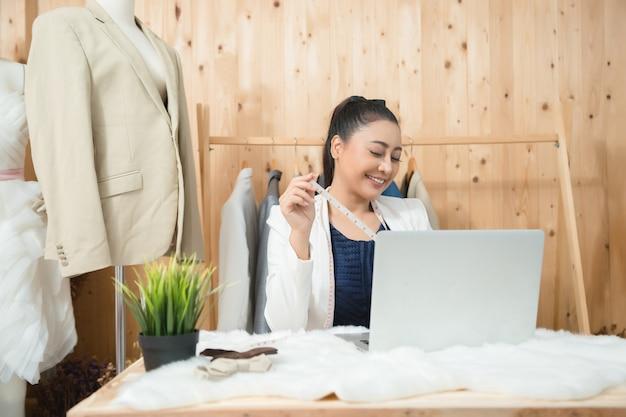 Femme d'affaires travaillant dans son atelier de couture Photo gratuit