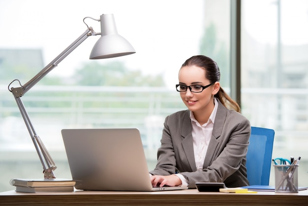 Femme d'affaires travaillant à son bureau Photo Premium