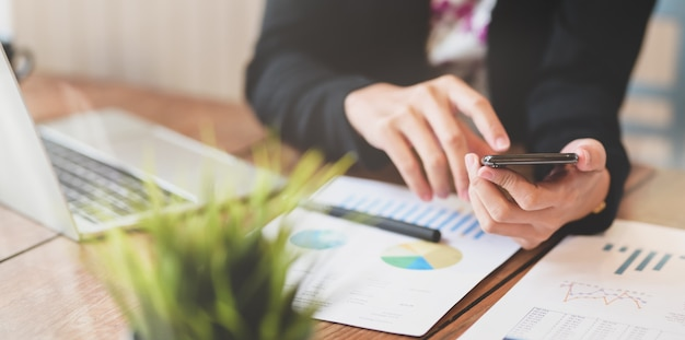 Femme d'affaires travaillant sur son projet Photo Premium
