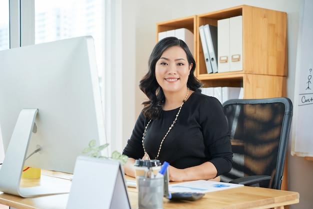 Femme D'affaires Travaillant Photo gratuit