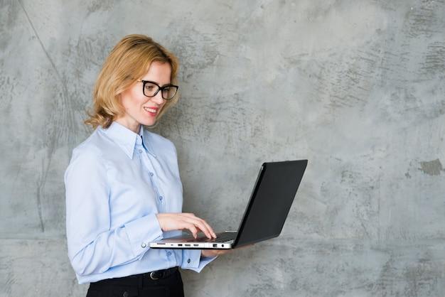 Femme d'affaires utilisant un ordinateur portable Photo gratuit