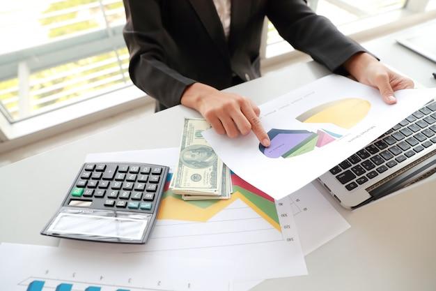 Femme d'affaires utilisant un ordinateur, une tablette et travaillant avec le rapport de synthèse de l'entreprise graphique Photo Premium