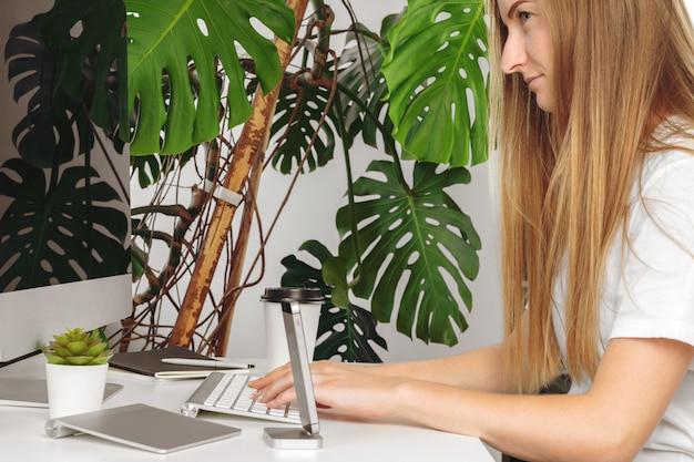Femme d'affaires utilisant son ordinateur au bureau ou à la maison Photo Premium