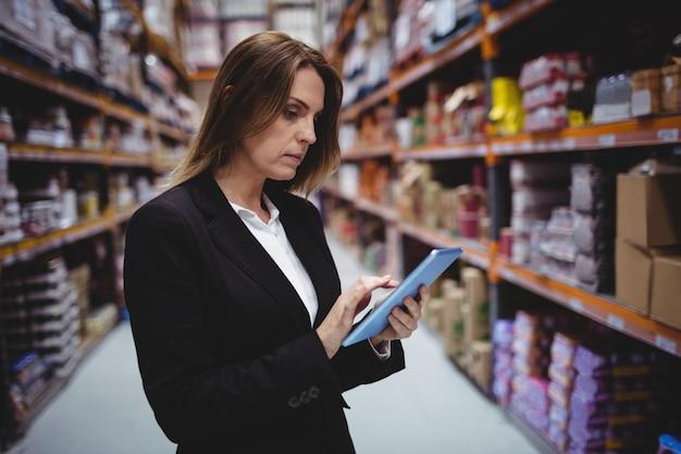 Femme affaires, utilisation, tablette, dans, entrepôt Photo Premium