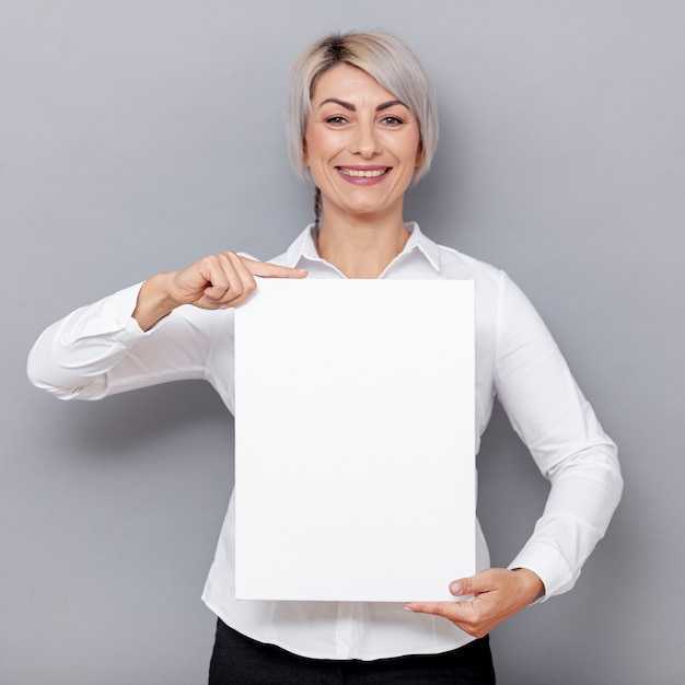 Femme d'affaires vue de face au bureau Photo gratuit