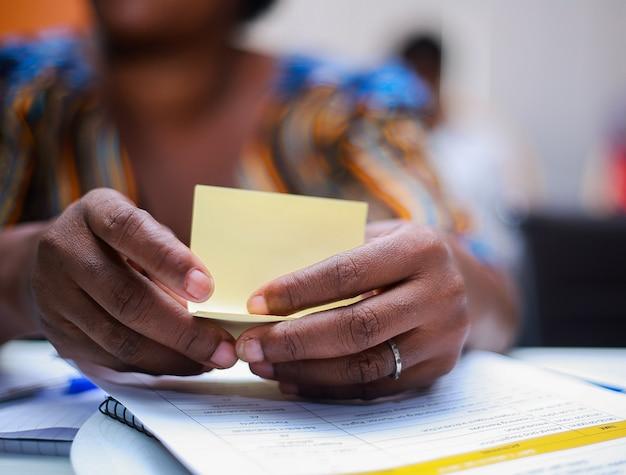 Femme africaine tenant un petit papier Photo Premium