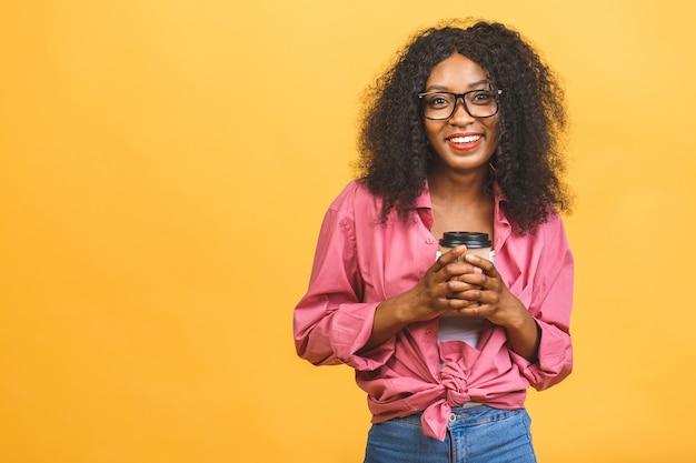 Femme Afro-américaine Avec Une Coiffure Afro à Côté Tout En Buvant Du Café à Emporter Dans Une Tasse En Papier Photo Premium