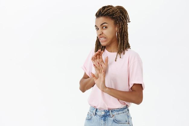 Une Femme Afro-américaine Dégoûtée Et Dérangée S'éloigne Et Grince Des Dents Devant Quelque Chose De Dégoûtant Photo gratuit