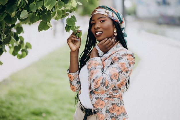 Femme afro-américaine élégante dans le parc Photo gratuit