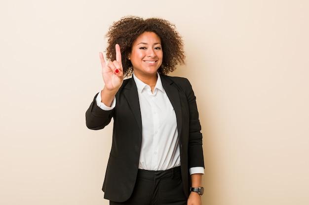 Femme afro-américaine de jeunes entrepreneurs montrant un geste de cornes comme un concept de révolution. Photo Premium