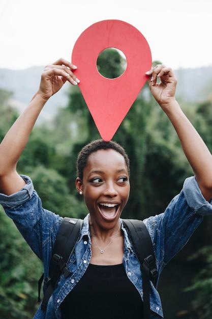 Femme afro-américaine avec un symbole de point de contrôle Photo gratuit