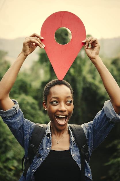 Femme afro-américaine avec un symbole de point de contrôle Photo Premium