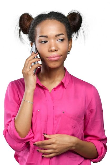 Femme afro-américaine avec un téléphone portable Photo Premium