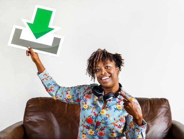 Femme afro-américaine tenant un concept de téléchargement de musique et de téléchargement Photo Premium