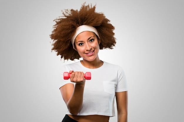 Femme afro fitness jeune exsercising avec des haltères Photo Premium