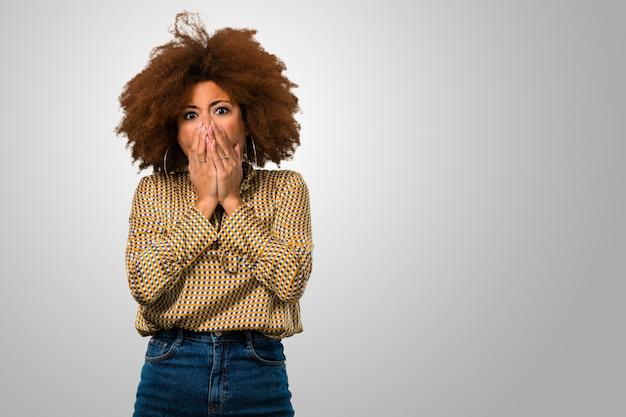 Femme afro peur couvrant sa bouche Photo Premium