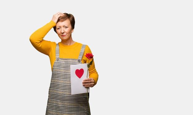 Femme d'âge moyen célébrant la saint-valentin inquiet et accablé Photo Premium