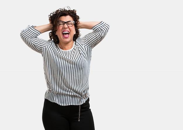 Femme d'âge moyen fou et désespérée, criant hors de contrôle Photo Premium