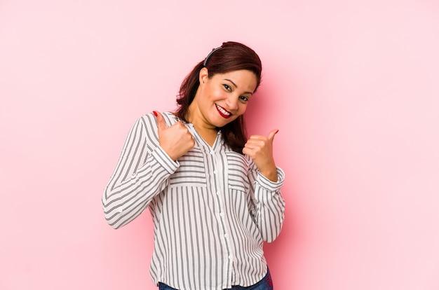 Femme D'âge Moyen, Levant Les Deux Pouces Vers Le Haut, Souriant Et Confiant Photo Premium