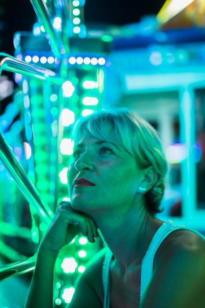 Femme d'âge moyen en regardant les lampes rougeoyantes Photo gratuit