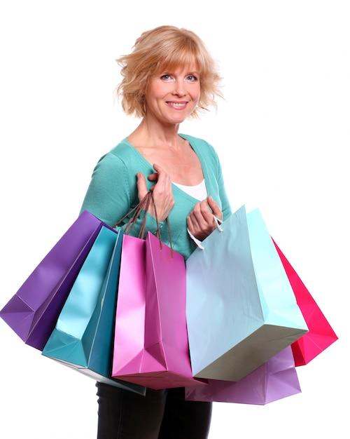 Femme D'âge Moyen Avec Des Sacs à Provisions Photo gratuit