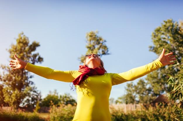 Femme D'âge Moyen Se Sentir Libre Et Heureuse Senior Dame Levant Les Mains Photo Premium