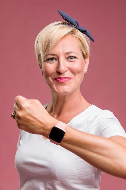 Femme d'âge moyen avec tracker de remise en forme Photo gratuit