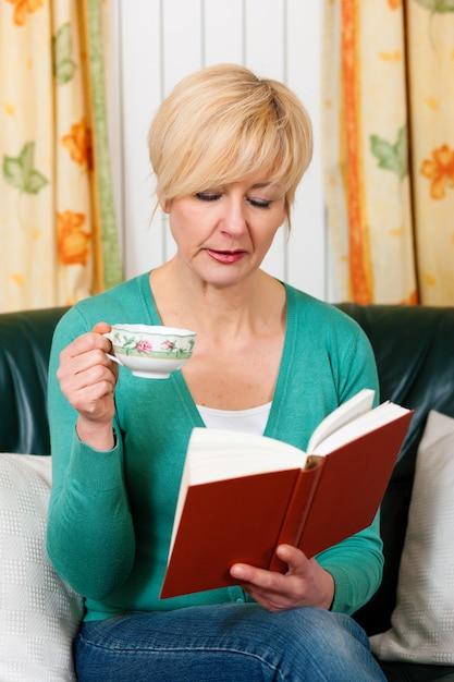 Femme d'âge mûr lit un livre Photo Premium