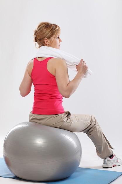 Femme d'âge mûr travailler avec ballon gris Photo gratuit