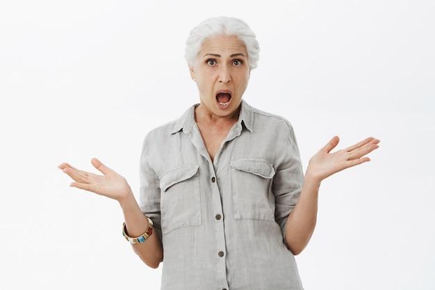 Femme âgée Choquée Et Frustrée, L'air Perplexe, Ne Peut Pas Comprendre Ce Qui Se Passe Photo gratuit