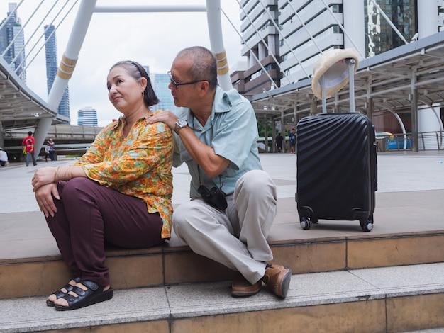 Une femme âgée est fâchée contre son aîné Photo Premium