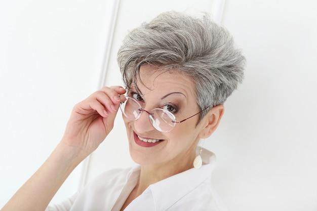Femme âgée, à, Figure Heureuse Photo gratuit