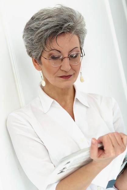 Femme âgée, à, Magazine Photo gratuit