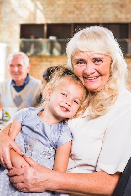 Femme âgée souriante avec un enfant Photo gratuit