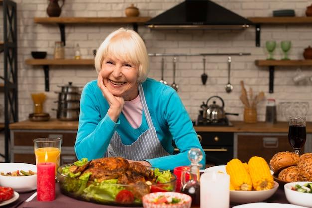 Femme âgée souriante et regardant la caméra Photo gratuit