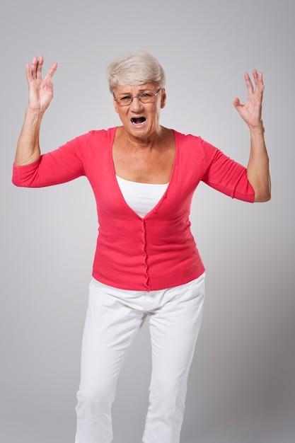 Femme âgée Stressée Hurlant Très Fort Photo gratuit