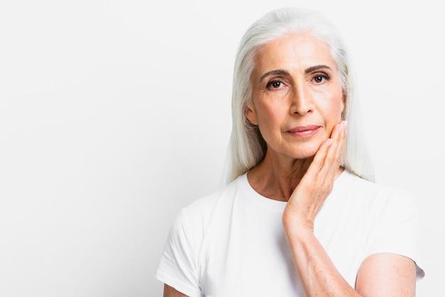 Femme âgée vue de face, regardant la caméra Photo gratuit