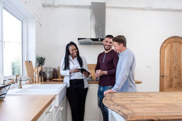 7d17c7d81e4914 Femme agent immobilier montrant un couple gay autour de la nouvelle ...