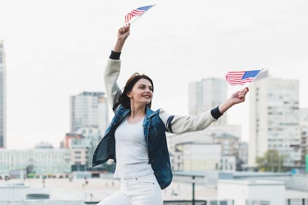 Femme agitant des drapeaux le jour de l'indépendance de l'amérique Photo gratuit