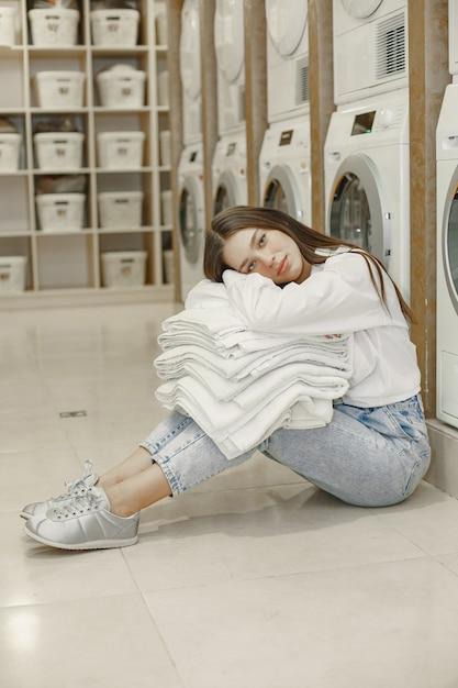 Femme à L'aide De Machine à Laver Faisant La Lessive. Jeune Femme Prête à Laver Les Vêtements. Intérieur, Concept De Processus De Lavage Photo gratuit