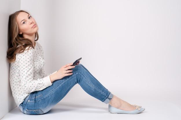 Femme à l'aide de la tablette numérique pc heureux isolé sur fond blanc. Photo Premium