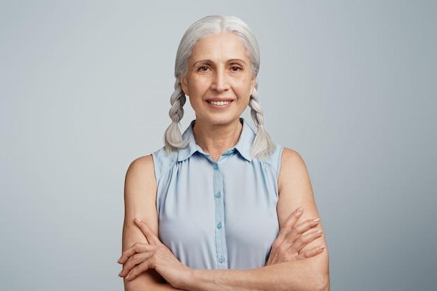 Femme Aînée, à, Tresses, Habillé, Dans, Chemisier Bleu Photo gratuit