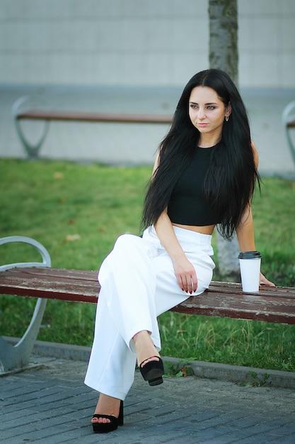 Femme aller voyager avec des bagages à l'aéroport international de lviv et boire un café Photo Premium