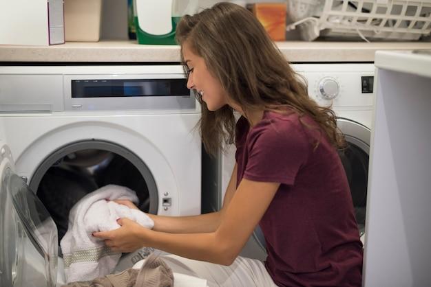 Femme Allumant Une Machine à Laver Photo gratuit