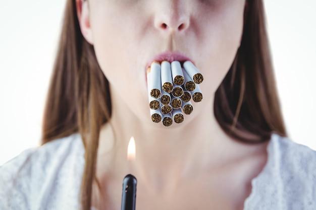 Femme, allumer, beaucoup, cigarettes, bouche Photo Premium