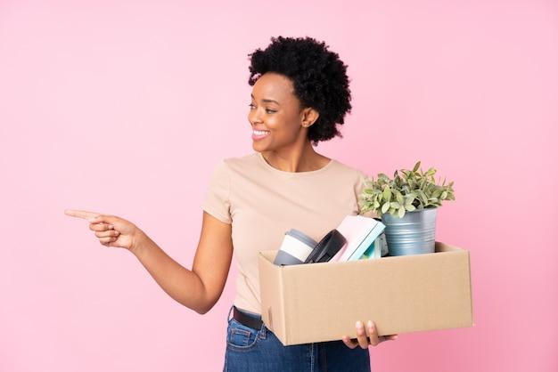 Femme Américaine Africaine, Faire Mouvement, Sur, Mur Rose Photo Premium